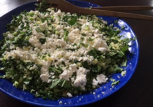Couscous salade met feta, rozijnen en groene kruiden